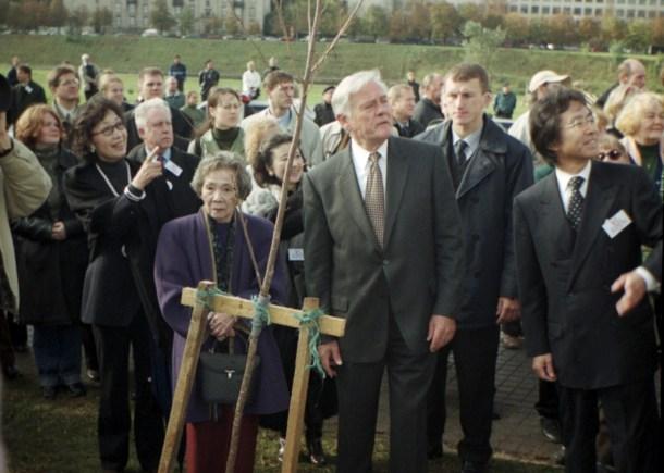 La viuda de Sugihara junto con el presidente de Lituania Valdas Adamkus. <a href=