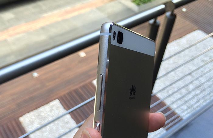 Cuerpo de aluminio con recortes en los laterales - Huawei P8