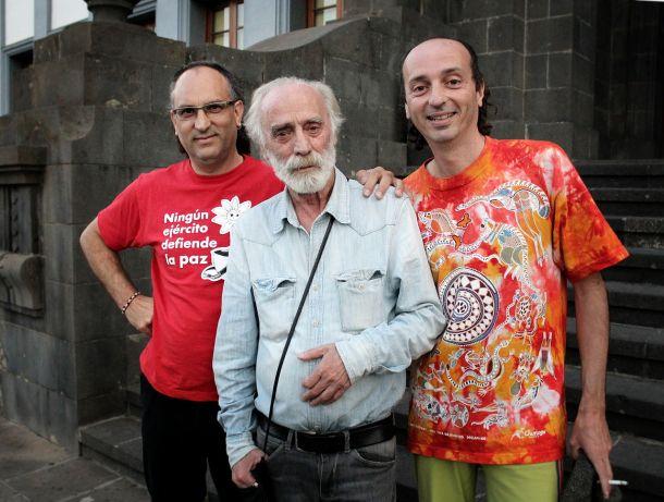 """Los cantautores Kakó, Javier Krahe y Arístides Moreno en La Laguna, Tenerife, con motivo del concierto """"Noche insumisa"""" en el Paraninfo de la Universidad de La Laguna, 20 de abril de 2013. <a href="""