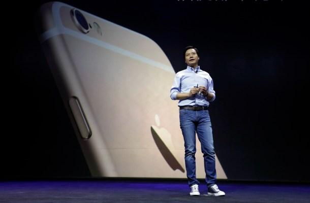 Lei Jun menciona el iPhone 6 Plus en el lanzamiento del Mi Note. REUTERS/Jason Lee