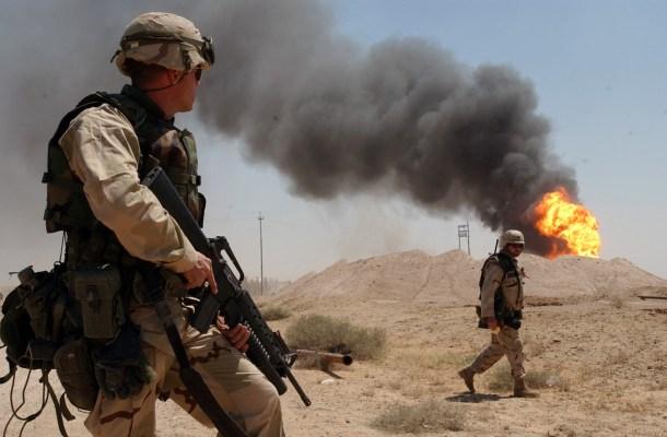 Dos soldados del ejército de Estados Unidos al sur de Irak (2 de abril de 2003)   Por Arlo K. Abrahamson