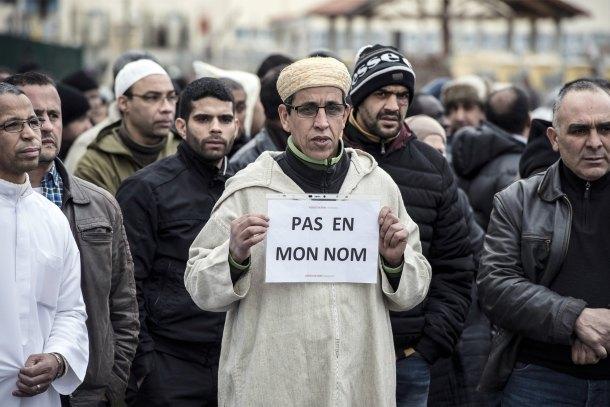 """Un musulmán sostiene un cartel en París que dice: """"No en mi nombre"""""""