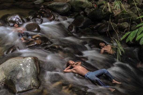 Jóvenes malasios en el río mientras las escuelas del país estaban cerradas por el humo provocado por la quema de vegetación en Indonesia. AFP - Mohd Rasfan.