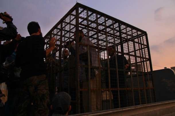 Sirios encerrados en una jaula en Douma, opositores  a El Asad. AFP - Ahmad Al Faroq.