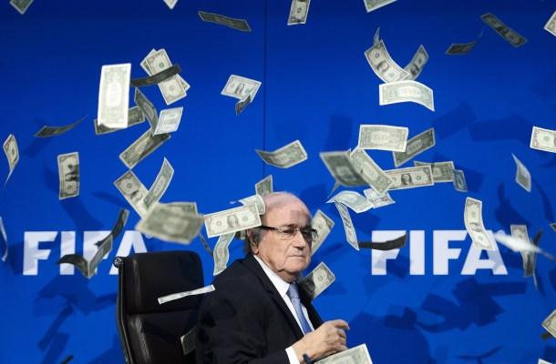 Blatter tras ser sorprendido por un activista que le arrojó un fajo de dólares falsos. AFP - Fabrice Coffrini.