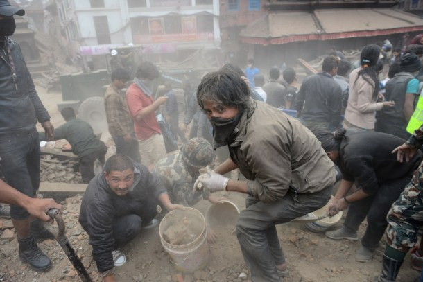 Búsqueda de supervivientes tras un terremoto en Katmandú. AFP - Prakash Mathema.