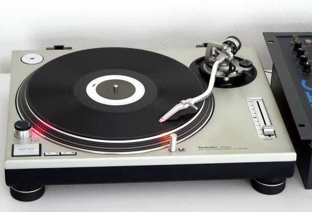 Este precioso tocadiscos revolucionó el mundo de los DJs de las radios gracias a su mecanismo de tracción directa. Foto del Technics SL-1200 original.