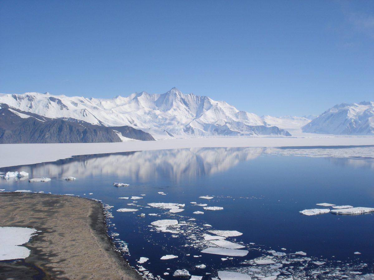 los datos obtenidos por satélite y estudiados durante décadas, estas plataformas son cruciales para ralentizar y evitar la pérdida de hielo de la Antártida