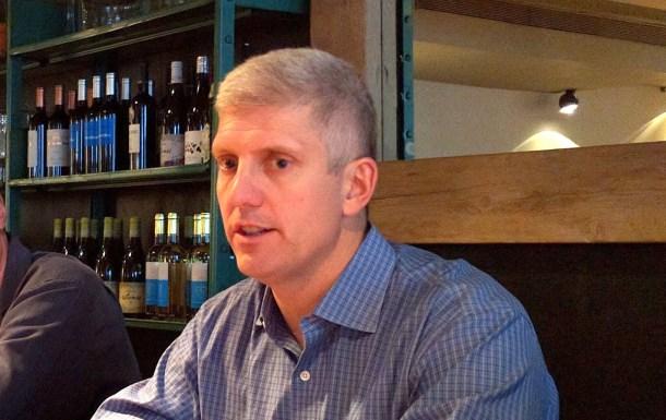 Rick Osterloh, charlando sobre la industria del smartphone.
