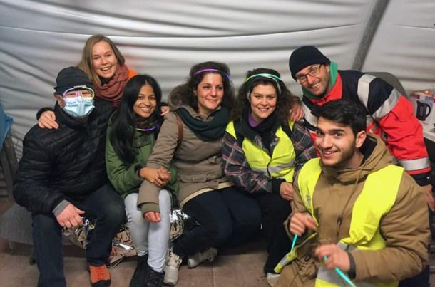 Celebrando la noche de fin de año entre voluntarios, en la *Medical Tent*.