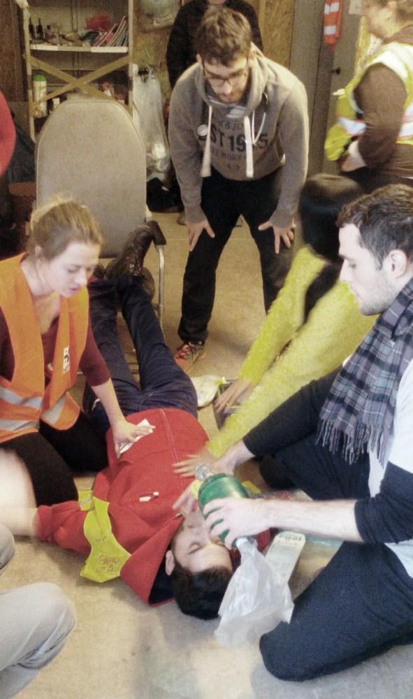 Simulacro de CPR para los voluntarios.