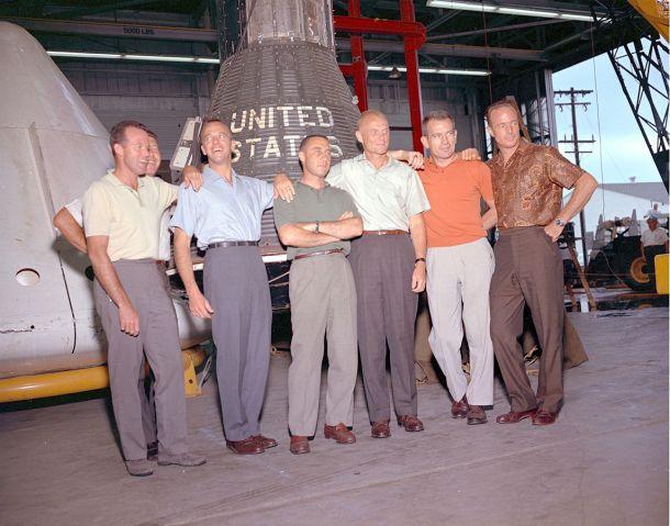 De izquierda a derecha: Cooper, Schirra (atrás), Shepard, Grissom, Glenn, Slayton y Carpenter
