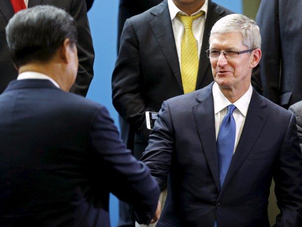 Xi Jinping y Tim Cook se saludan en el campus de Microsoft durante el congreso de colaboración entre China y Estados Unidos.