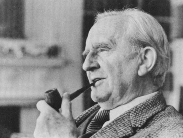 Tolkien en su hogar en Oxford.