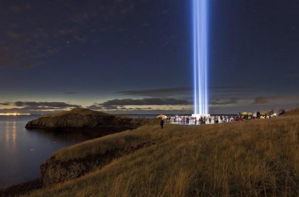 En la imagen: la torre de la paz. Monumento islandés dedicado a John y Yoko Ono.