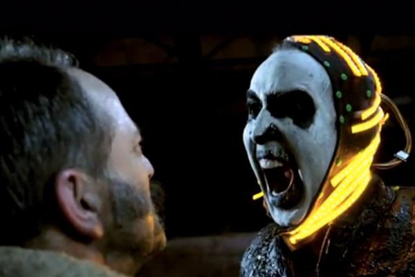 Esta es una imagen real del set de filmación de Ghost Rider, por cierto. Nicolas Cage está así de demente.
