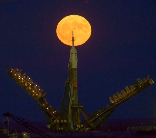 Superluna de noviembre y cohete Soyuz en el Cosmódromo de Baikonur