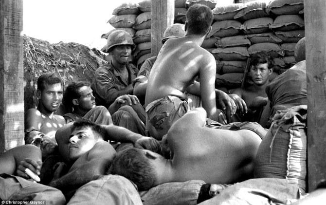 Soldados de la Guerra de Vietnam, apelotonados en Loc Ninh. El hombre que aparece con el dedo vendado es Thomas Corbin, uno de los compañeros del autor de la fotografía, quien murió poco después en combate. Imagen: Christopher Gaynor.