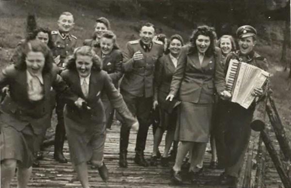 Karl-Hoecker-album-Laughing-at-Auschwitz-(1)d