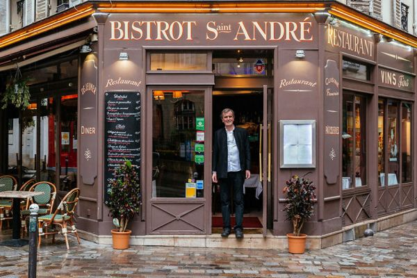 the-story-behind-these-iconic-parisian-storefronts-5809c951f0b3e__880