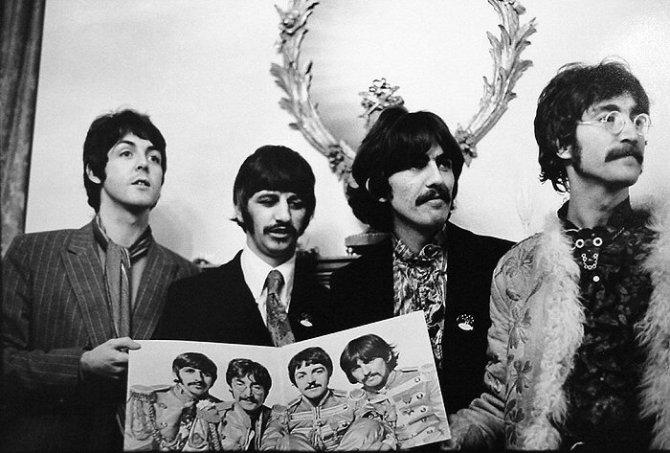 Linda McCartney, esposa de Paul, fotografía a The Beatles durante la promoción de Sgt. Pepper's Lonely Hearts Club Band, lanzado ese mismo año. Imagen: Linda McCartney.