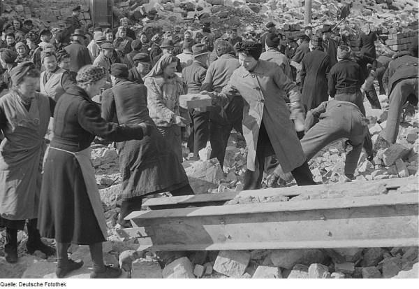 Trabajos de desescombro (1945)