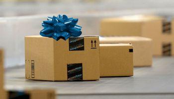 Paquete de Amazon en una cinta transportadora