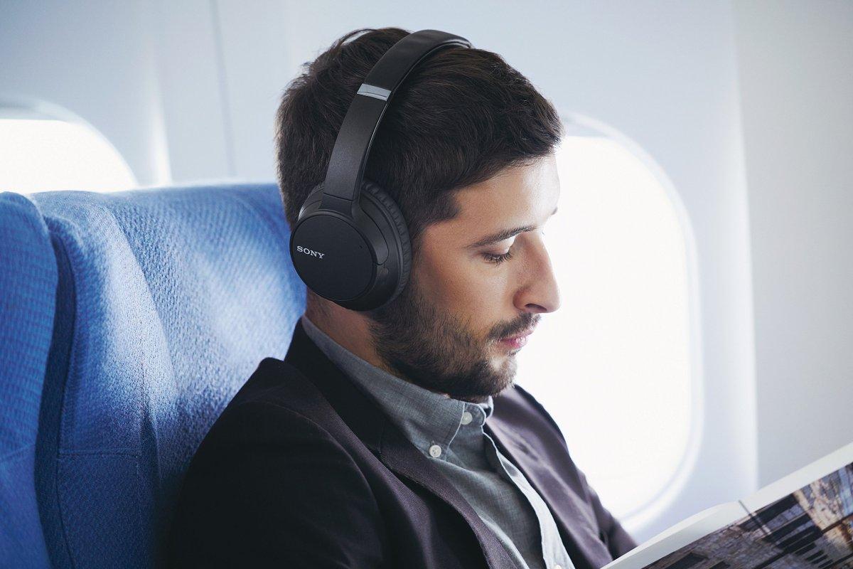 Hombre con unos Sony WH-CH700N puestos