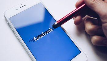 Logo de Facebook tachado sobre la pantalla de in iPhone