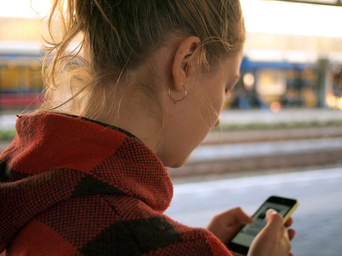 Mujer usando smartphone - daria-nepriakhina-unsplash