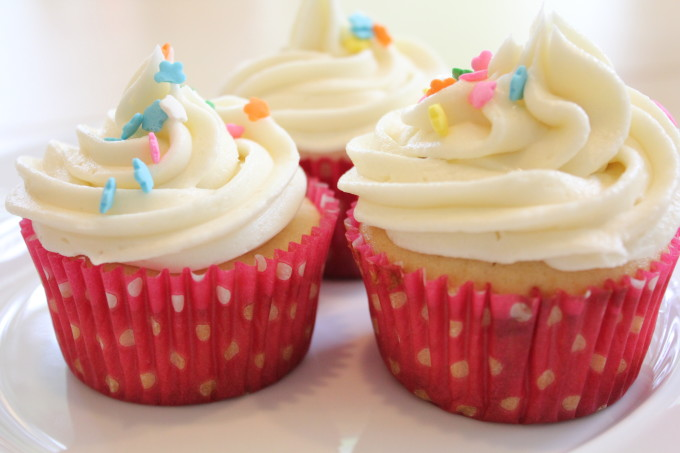 vanilla cupcakes with simple cupcake frosting