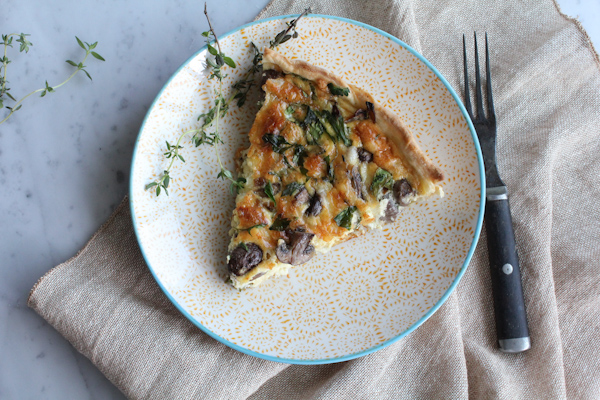 Leek Mushroom Gruyère Quiche! Packed with so much amazing flavor from the leeks, earthiness from the mushrooms and the delicious gruyère cheese! This quiche will be the star at your next brunch!