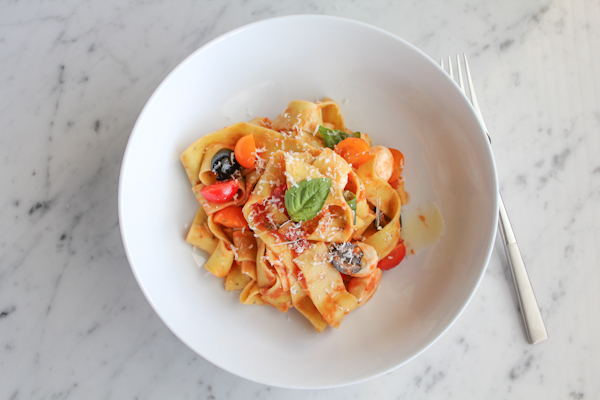 Pappardelle with tomatoes and basil | HipFoodieMom.com