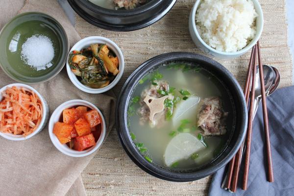 Korean Oxtail soup kkori gomtang - table