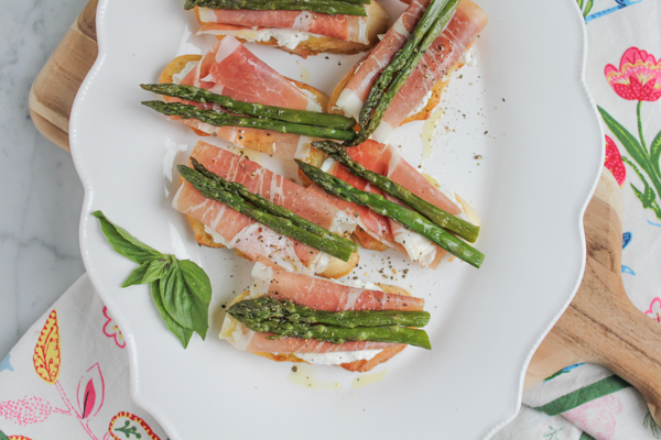 Hip Foodie Mom | Asparagus and Prosciutto Crostini_main