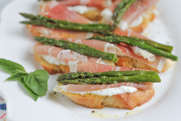 Hip Foodie Mom | Asparagus and Prosciutto Crostini_main2