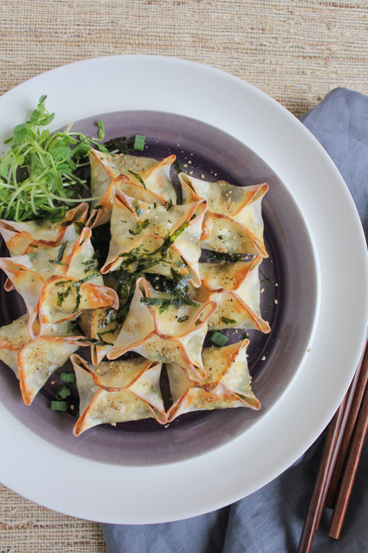 Packed with veggies and cream cheese, these baked veggie wontons are like veggie rangoons! So easy to make and bake! You need to try these! #asianfood #appetizer