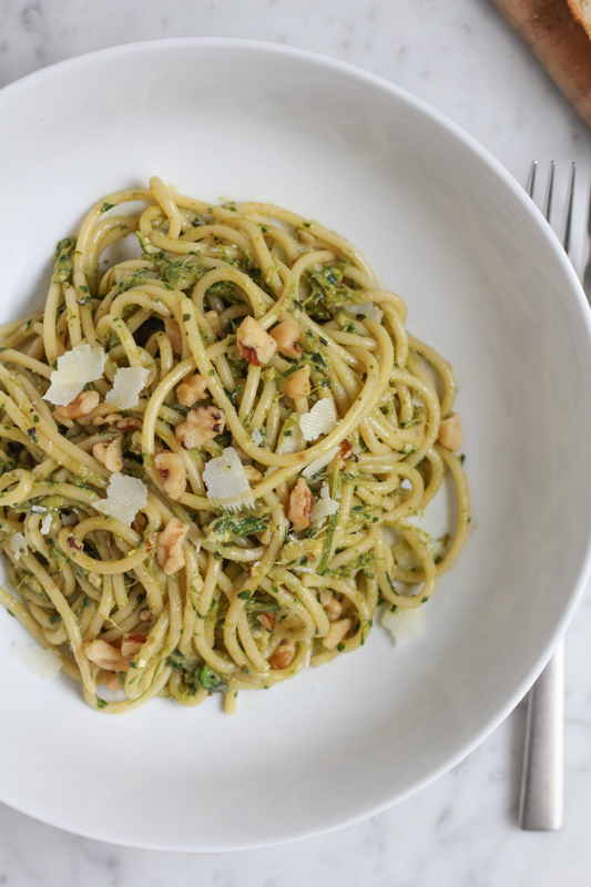 Hip Foodie Mom | Spaghetti with Asparagus Pesto and Walnuts_vert