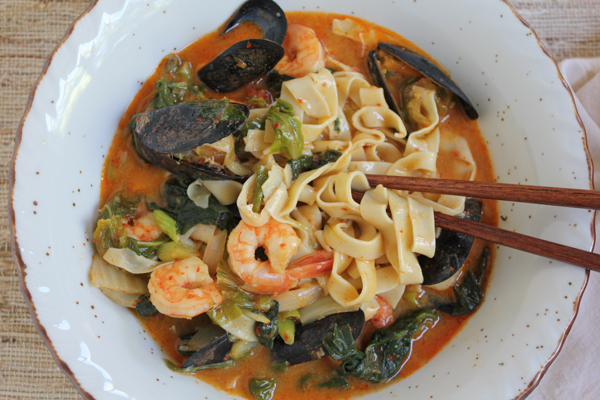Spicy Seafood Noodle Soup (Jjamppong)! Filled with shrimp, clams, mussels, cabbage, spinach, mushrooms, onions and fresh pasta noodles, this hot and spicy soup of one of my ultimate favorites! Seafood lovers, you need to try this!