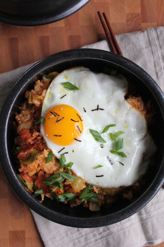 Kimchi fried rice (kimchee bokkeum bap) - Hot and spicy and filled with bacon bits, kimchi and topped with a fried egg. You've got to try this Kimchi Fried Rice Bowl! #kimchi #koreanfood #ricebowl #comfortfood