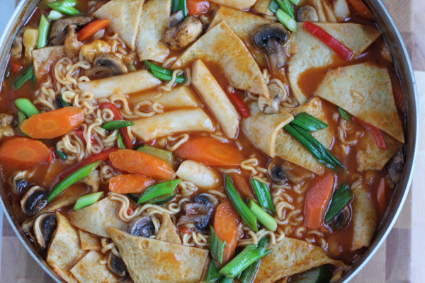 Dukbokki Korean Spicy Rice Cakes, is Korean comfort food at its best. Made with soft rice cakes, fish cake, a variety of vegetables and a sweet and spicy sauce, you've got to try this! #koreanfood #dukbokki #comfortfood