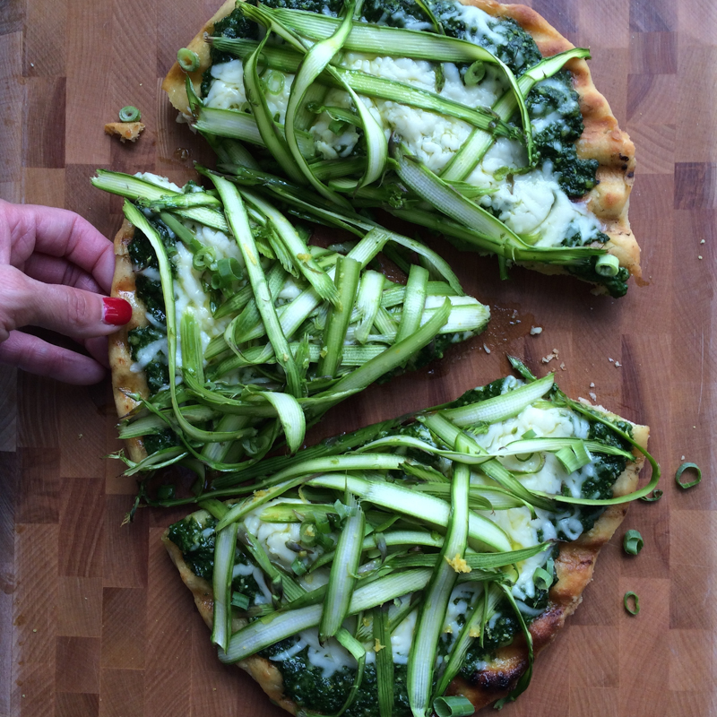 Shaved Asparagus and Spinach Pesto Pizza. Make grilled gourmet pizza at home! It's delicious! #grilledpizza #pizza #yum