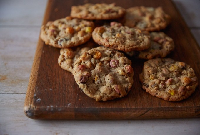 Fruity Breakfast Cookies! Packed with rolled oats, cashew butter and some of your favorite cereals, these Fruity Breakfast Cookies are so good!