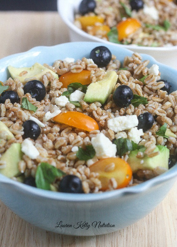 Healthy Weekly Meal Plan 8.27.16! A healthy weekly meal plan featuring a Summer Farro salad, a Coconut Curry Summer Squash Soup, Summer Vegetable Quinoa Chili and more!