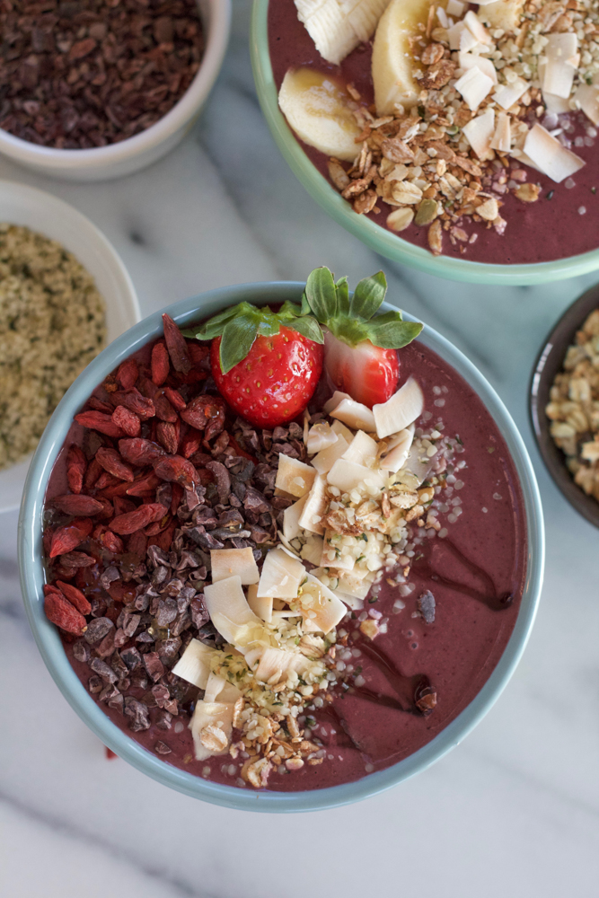 Acai Superfood Smoothie Bowl! Packed with tons of antioxidants, superfoods like raw organic cacao nibs, goji berries, hemp seeds and low fat kefir, this smoothie bowl is a great and delicious way to start your day!