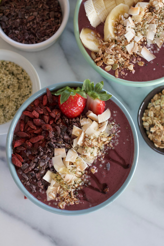 Acai Superfood Smoothie Bowl! Packed with tons of antioxidants, superfoods like raw organic cacao nibs, goji berries, hemp seeds and lowfat kefir, this smoothie bowl is a great and delicious way to start your day!