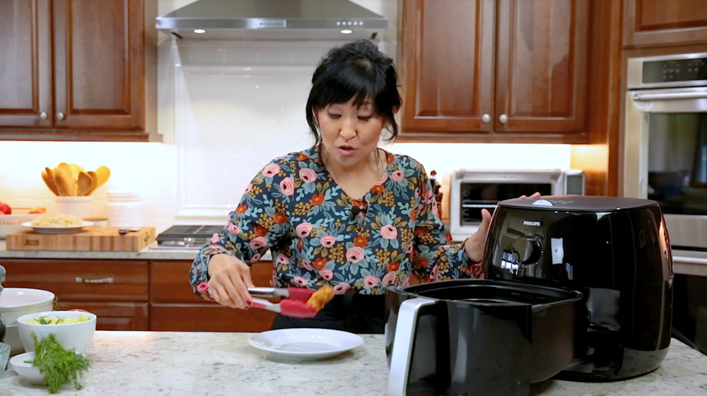 With the Philips Airfryer XXL you can make deliciously healthy meals – cut the fat and not the flavor. Plus, the kids really enjoyed getting to cook with us! For the full video and to learn more, visit HipFoodieMom.com. #ad #RealTasty @philipshomelivingna