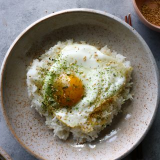 How To Make Gyeran Bap (Korean Rice with Egg). So easy to make and so delicious! Sprinkle some furikake over the top, and mix in the egg!