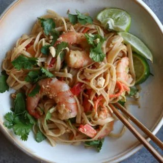 Peanut Noodles With Shrimp! A super easy and delicious Thai-inspired peanut noodles dish with shrimp, cabbage, bell peppers and carrots.