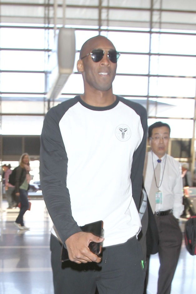 Kobe Bryant arrives at LAX airport with wife Vanessa Bryant